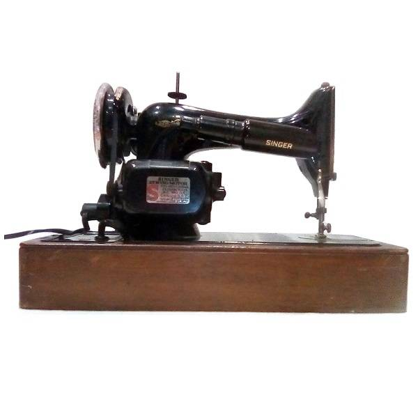 Singer Sewing Machine In Case pic 3